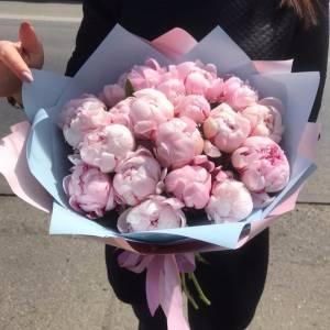 Букет 15 нежных розовых пионов с оформлением R1117