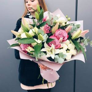 Сборный букет лилии с розовыми розами с оформлением R1509