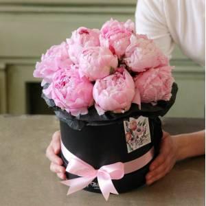 15 розовых пионов в черной коробке R7681