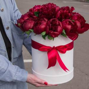 Коробка 21 красный пион с оформлением R791