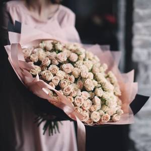 101 ветка кремовых роз с оформлением R876