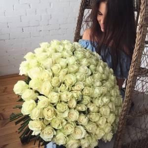 Букет 101 белая роза с лентами или оформлением R428