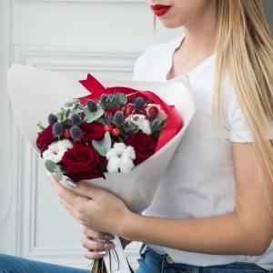 Сборный букет с красными розами в крафте R412