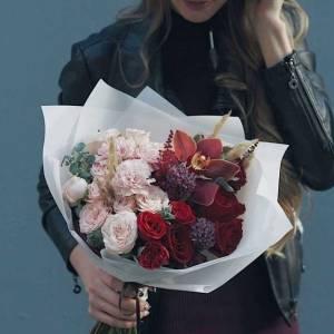 Сборный букет розы и орхидея в крафте R462