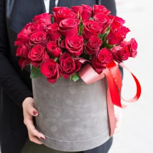 31 красная роза в шляпной коробке с лентами R473