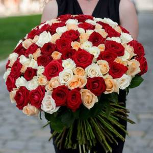 Большой микс цветов 101 роза с лентой R502