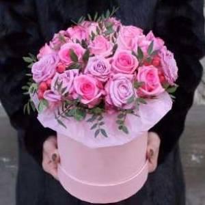 21 розовая роза в коробке с зеленью R604