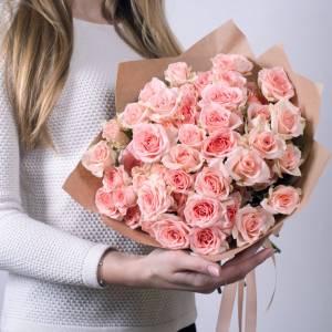 Букет 15 розовых кустовых роз в крафте R599