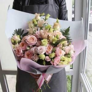 Сборный букет эустома и розы с оформлением R636