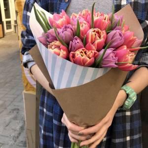Яркий букет 19 тюльпанов в крафте R647